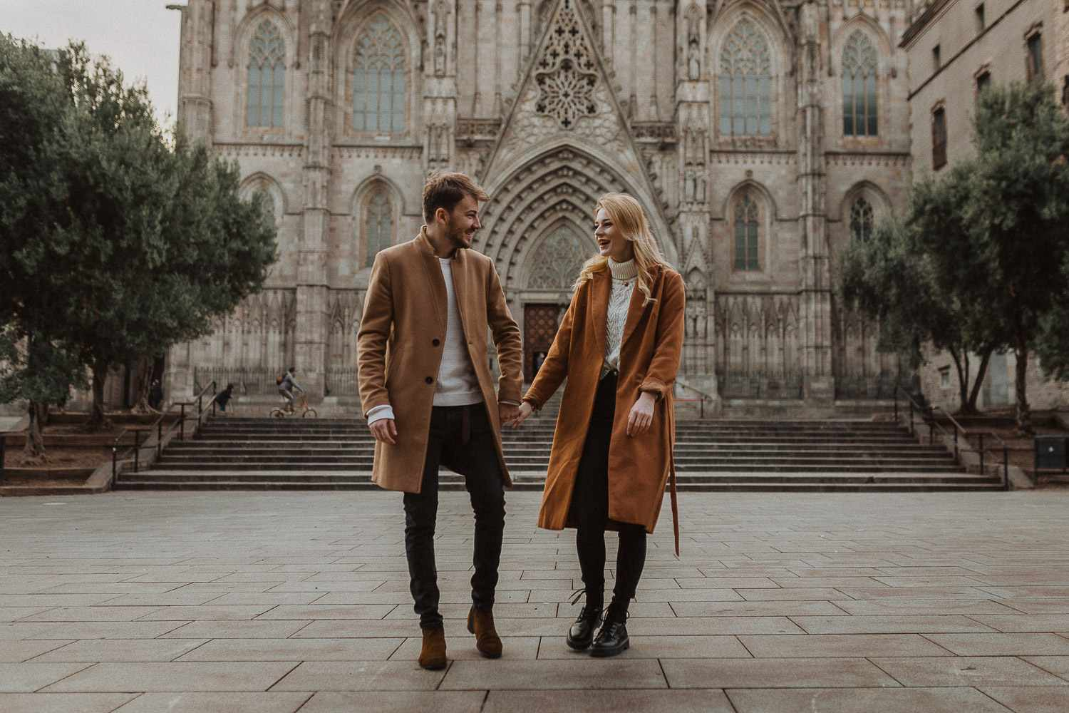 Couple photo shoot in Barcelona's old town