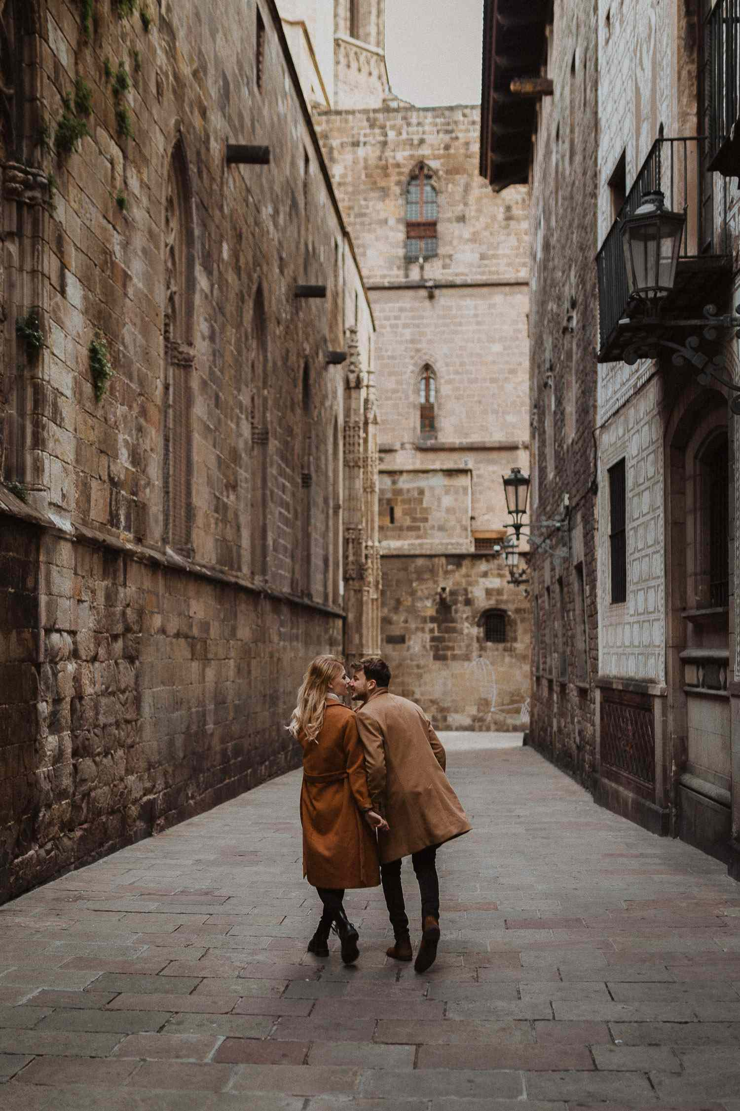 Couple photo session in Barcelona's old town